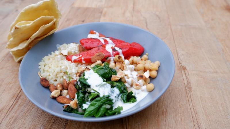 Mezze-Bowl mit Grillpaprika und Koriander-Joghurt