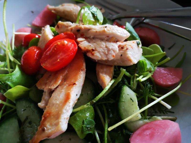 Postelein Salat mit Hähnchenbrust
